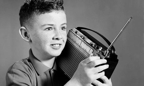 Radyo tiyatrosu dinleyen çocuk.