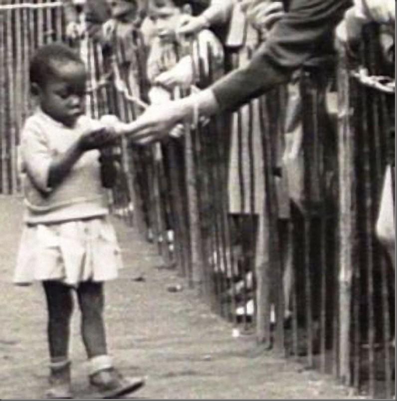 İnsanat Bahçesi'nde yiyecek verilen bir Siyahi çocuk.