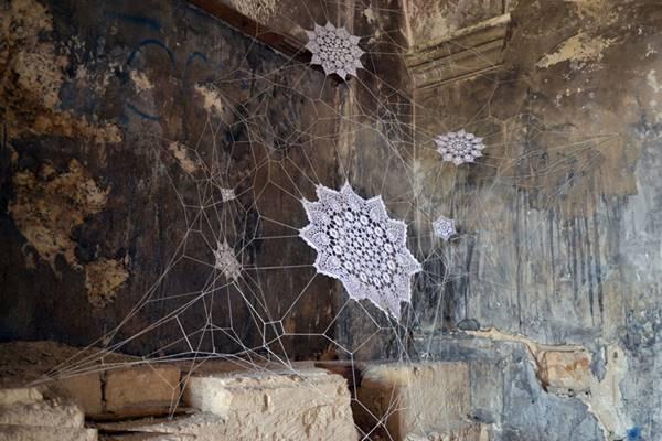 NeSpoon'un Grottaglie Manastırı'na yaptığa dantel örümcek ağı.