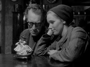 Bergman, Shame filminde olduğu gibi, diğer filmlerinde de belki de annesi Karin'e duyduğu büyük sevgiden dolayı tavrını hep kadınlardan yana koyar.