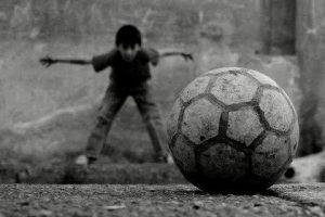 Sokaklar hayallerimizin bahçesidir, belki bir koşuşturma sırasında. Bir su molasında taktikleri belirleyip, her yeni güne biraz daha fazla birikimle uyanmak, sırtımız ter içinde eve gelsek de o azar işitmeyi göze almaktır. Bahçelerimizde meyveler eskisi kadar yetişsin istiyorsak, bilgisayar başından ayrılmayan çocuklarımızı dışarda daha heyecanlı bir hayat olduğuna ikna edelim. Futbol, saklambaç belki de beş taş oynarlar. Bırakalım onlar karar versin, biz vermeyelim. Bizim neşeyle bahsettiğimiz çocukluk anılarımızı, onlar yaşamadı demeyelim.