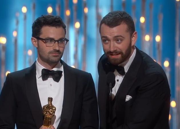 Sam Smith, Writing On The Wall şarkısı ile 2016 OScar'ında En İyi Özgür Film Şarkısı Ödülünü aldı.