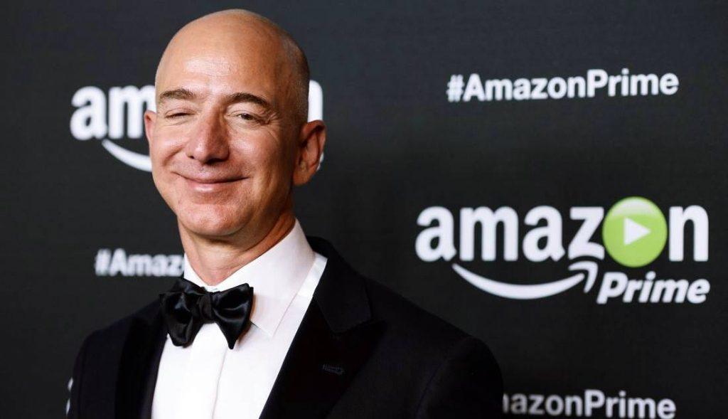 Amazon ilk kurulduğu yıllarda sadece kitap satışı yapıyordu. Günümüzde dünya çapında büyük bir e-ticaret sitesine dönüşmüştür.