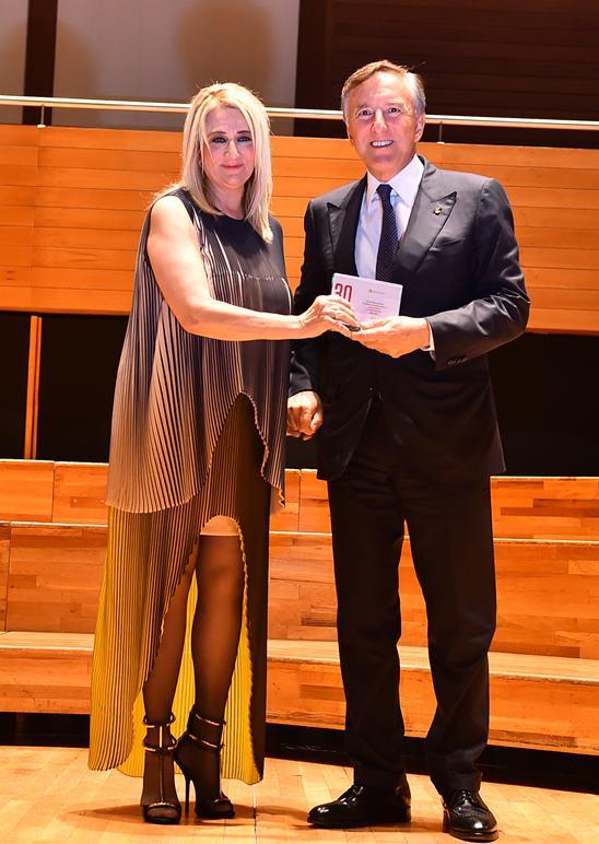 30. Uluslararası İzmir Festivali Açılış töreni, İKSEV Yönetim Kurulu Başkanı Filiz Eczacıbaşı Sarper'in festivale katkıda bulunan kurum ve kuruluşlara teşekkür plaketi sunmasıyla sona erdi.