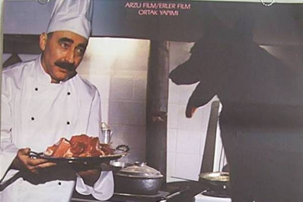 1988'de oyun Başar Sabuncu'nun yönetmenliği ile sinemaya uyarlanır, yine Şener Şen Lütfü Usta karakterine can verir. Şener Şen'in doyumsuz oyunculuğu ile ayrı bir boyut kazanır.