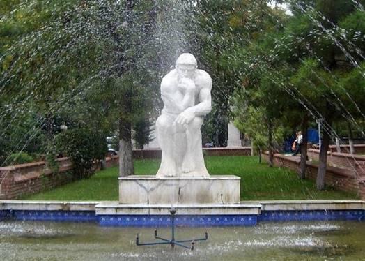 Auguste Rodin'in mezarı Düşünen Adam heykelinin altındadır.