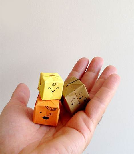 Origaminin insanı en mutlu eden yönlerinden biri, en basit malzemelerden biri olan kağıt ile iki boyutlu ve üç boyutlu sonsuz çeşitlilikte çalışma ortaya çıkartabilmektir.