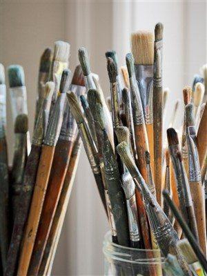 Fırçalar, resmin başarısında büyük bir rol üstlenir.