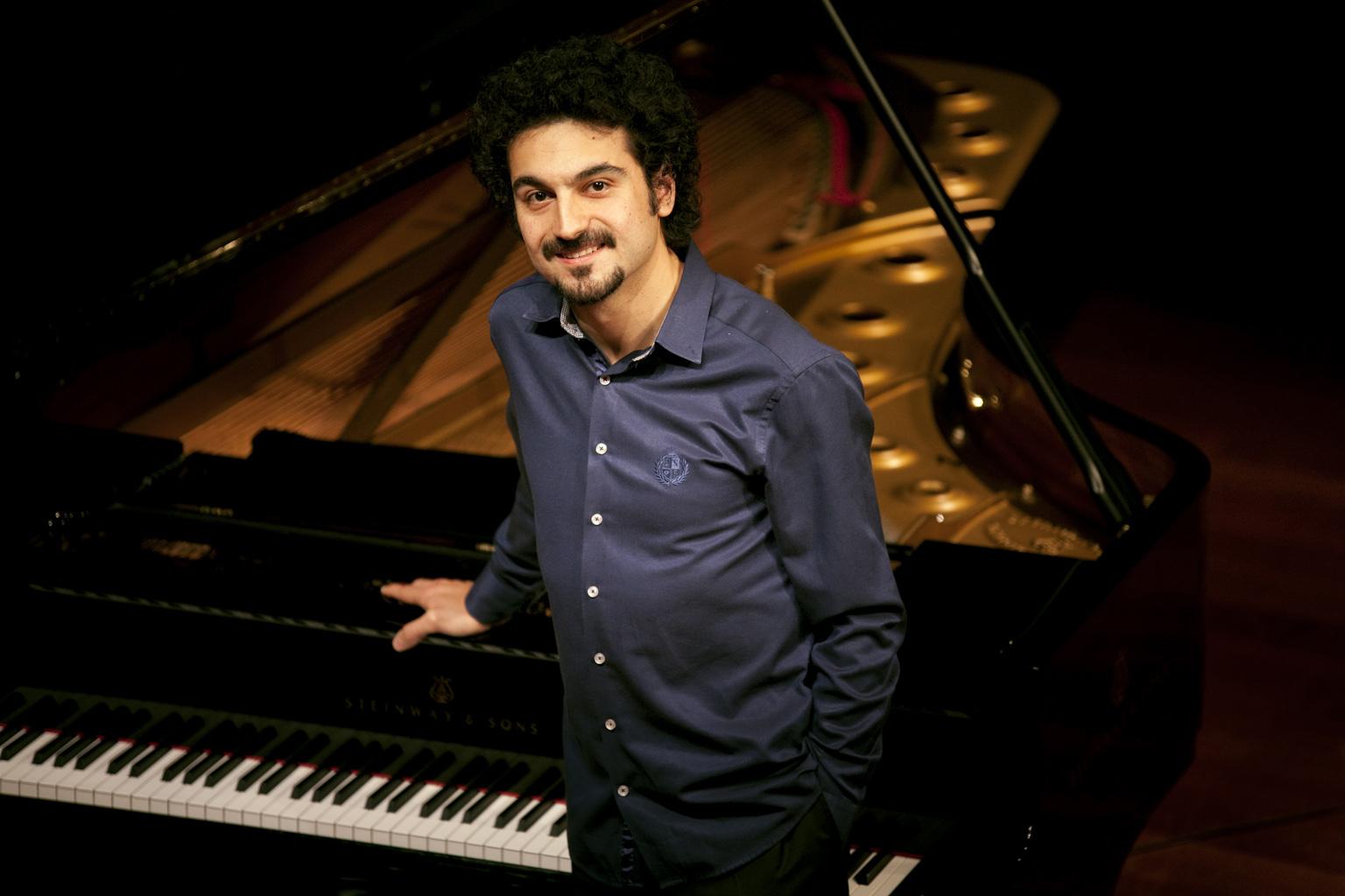 solistÖzgür Ünaldı'dan ( piyanist )