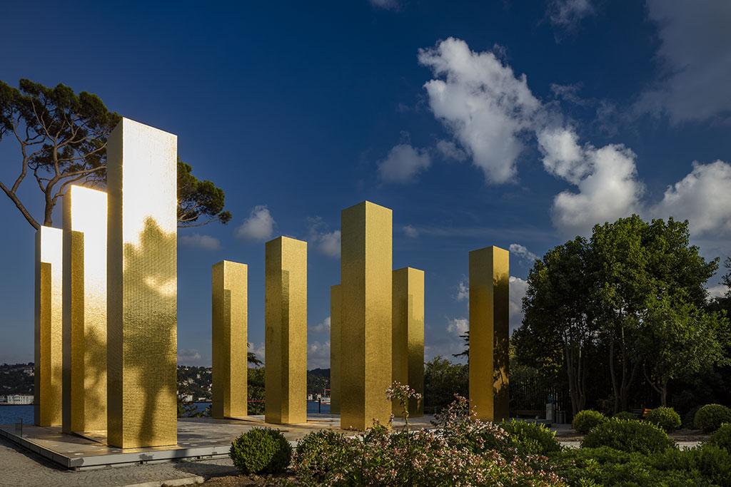 Heinz Mack (1931 -) Dokuz Sütun Üzerindeki Gökyüzü, 2012-14 Karma malzemeden yapı üzerinde 850.000 tessarae (mozaik taşı, 24 karat altın varak) ve çelik platform 750 x 125 x 125 cm Özel Koleksiyon, Almanya Beck & Eggeling International Fine Art izniyle