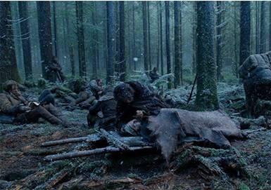 Hayatta kalma mücadelesinde doğayla insanın acımasız savaşına tanık oluruz.