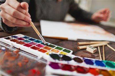 Oval fırçalar, su ve boyanın yüzeylerde kolayca yayılmasını sağlar.